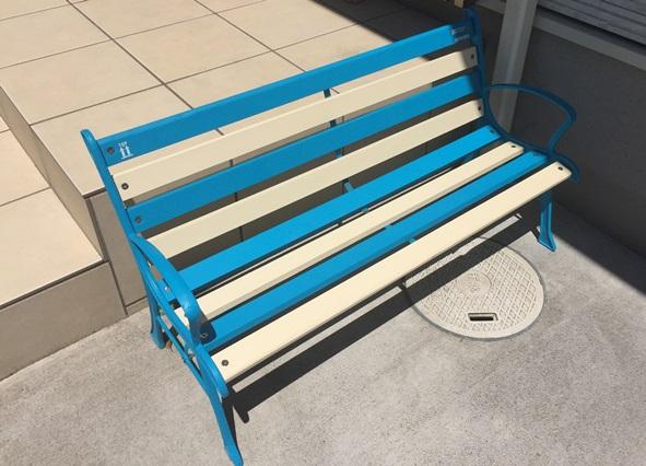 青と白のストライプベンチ