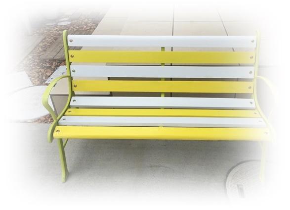 黄色い可愛いベンチ