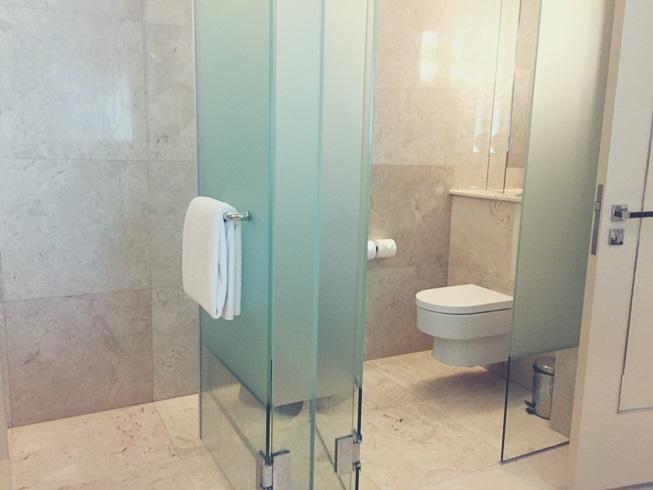 シンガポール リゾート ワールド セントーサ エクアリアス ホテル バスルーム 浴室 風呂 トイレ ガラス 張り 客室