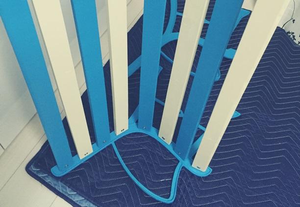 青と白のストライプベンチ 組立中