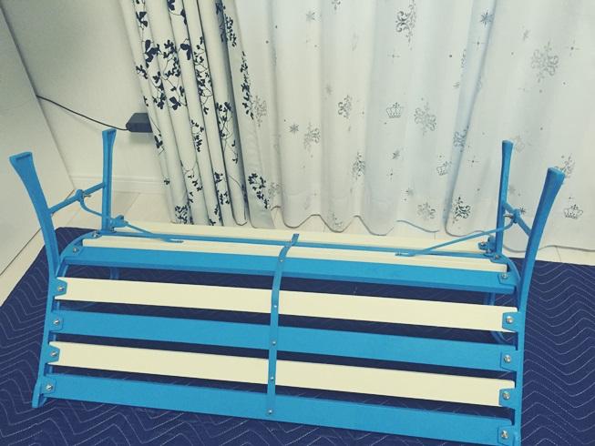 青と白のストライプベンチ 組立完了