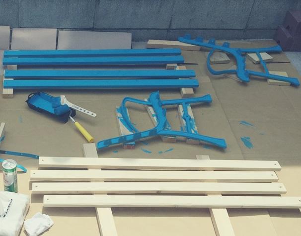 青と白のストライプベンチ 塗装完了