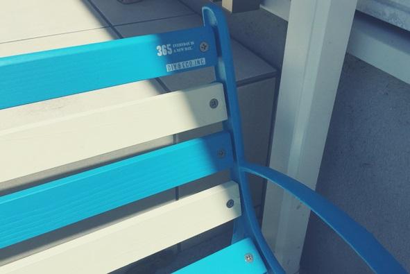 青と白のストライプベンチ インスタントレタリング DIY