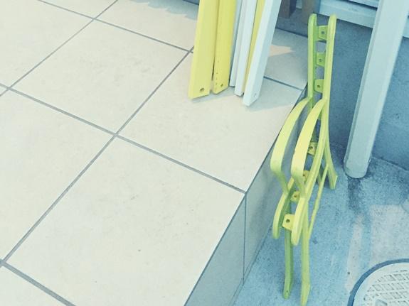 黄色い可愛いベンチ分解
